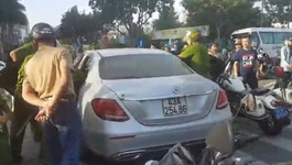 Nữ tài xế chạy Mercedes lạng lách trên phố rồi có hành động lạ