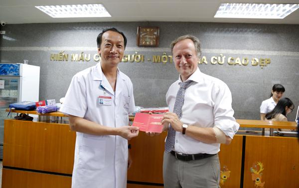 Viện trưởng Viện Huyết học – Truyền máu TƯ trao giấy chứng nhận cho Đại sứ Bruno Angelet