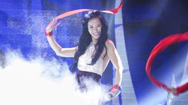 U50 Hồng Nhung mặc áo yếm, hở toàn bộ lưng trần hát 'Bùa yêu'