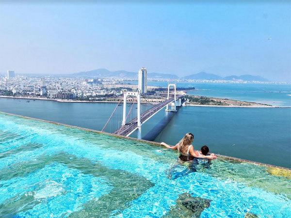 Bể bơi dát vàng 24K lớn nhất thế giới ở Đà Nẵng