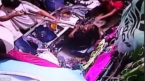 Phản ứng cực ngầu của nhân viên bán hàng bị chĩa súng vào mặt