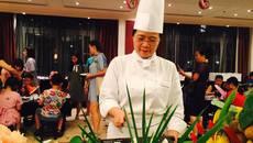 Dù có cả đội đầu bếp, nhà Vua dứt khoát gọi đồ ăn Việt
