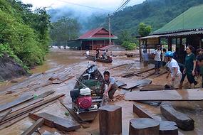 Thủy điện xả lũ gãy cầu, dân hối hả kéo nhau lên núi