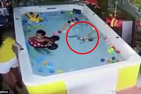 Mẹ dán mắt vào điện thoại, để con suýt chết đuối dưới bể bơi