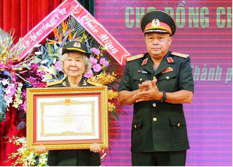 Nữ tình báo Nguyễn Thị Mỹ Nhung được phong tặng danh hiệu Anh hùng LLVTND
