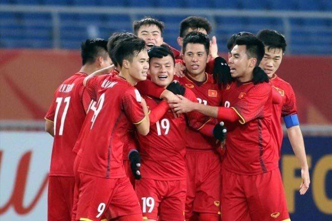 Sao U23 Việt Nam và Lescott nâng cúp Ngoại hạng Anh tại Việt Nam