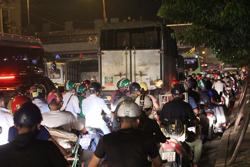 Hà Nội: Xe máy chen cạnh xế hộp, áp sát đường tàu về nghỉ lễ 2/9