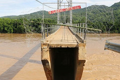 Nghệ An: Thủy điện xả lũ đứt mố cầu treo Chôm Lôm