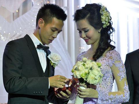 Gia thế nhà vợ của Văn Quyết - cầu thủ gỡ hòa cho U23 Việt Nam