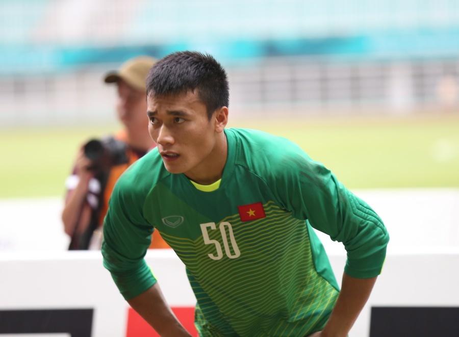 Minh Vương ôm mặt khóc, cầu thủ U23 Việt Nam cúi đầu xin lỗi CĐV