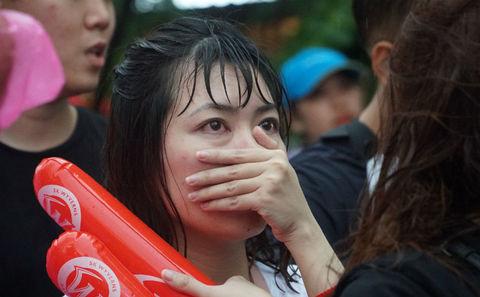 U23 thua, em gái Hà Nội, Sài Gòn khóc ngất
