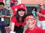 Vẻ nóng bỏng của nữ CĐV Việt được báo Hàn săn lùng