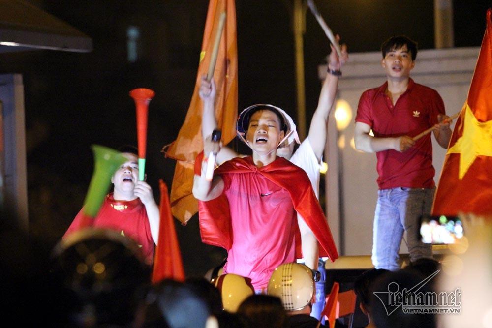 Rầm rầm khắp phố Hà Nội hát vang dù U23 thua
