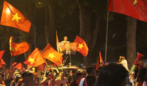 U23 Việt Nam vuột huy chương, biển người vẫn đổ ra đường 'đi bão'