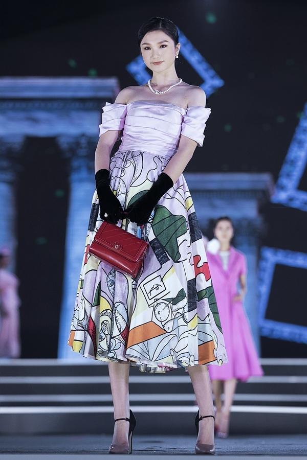Kỳ Duyên, Đỗ Mỹ Linh lần đầu nắm tay nhau catwalk ở Hoa hậu Việt Nam