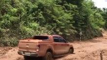 Mẹo lùi xe thoát khỏi vũng lầy của xe bán tải