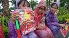 Fan Việt đội mưa, nhịn đói để được nhìn cầu thủ U23 ngoài đời