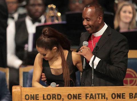 Charles H. Ellis III đặt tay lên ngực ca sĩ Ariana Grande: