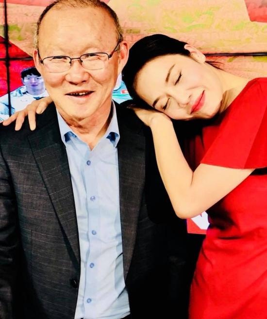 Thu Phương gục đầu hạnh phúc trên vai HLV Park Hang-seo