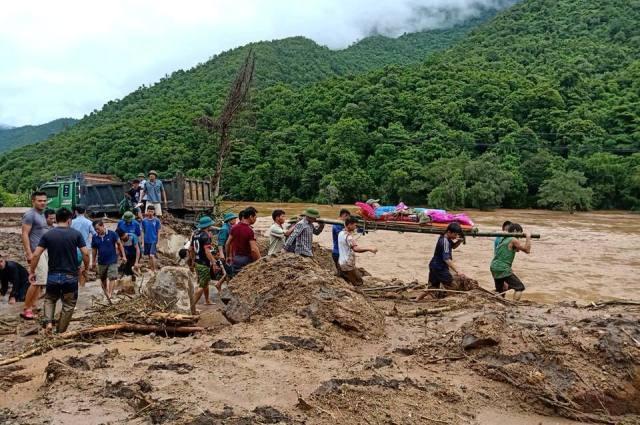 Thanh Hóa: Lặng bước trong bùn cáng thi thể ra khỏi dòng lũ