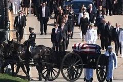 Thượng nghị sĩ John McCain an nghỉ cạnh bạn thân