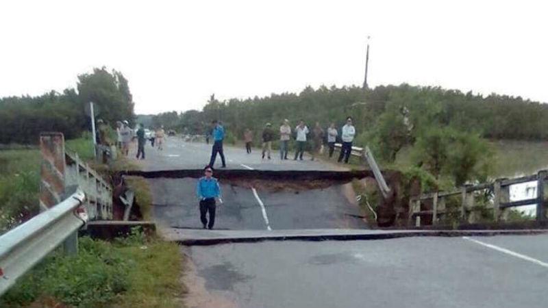 Đến lượt cầu ở Bình Thuận đổ sập, giao thông tê liệt