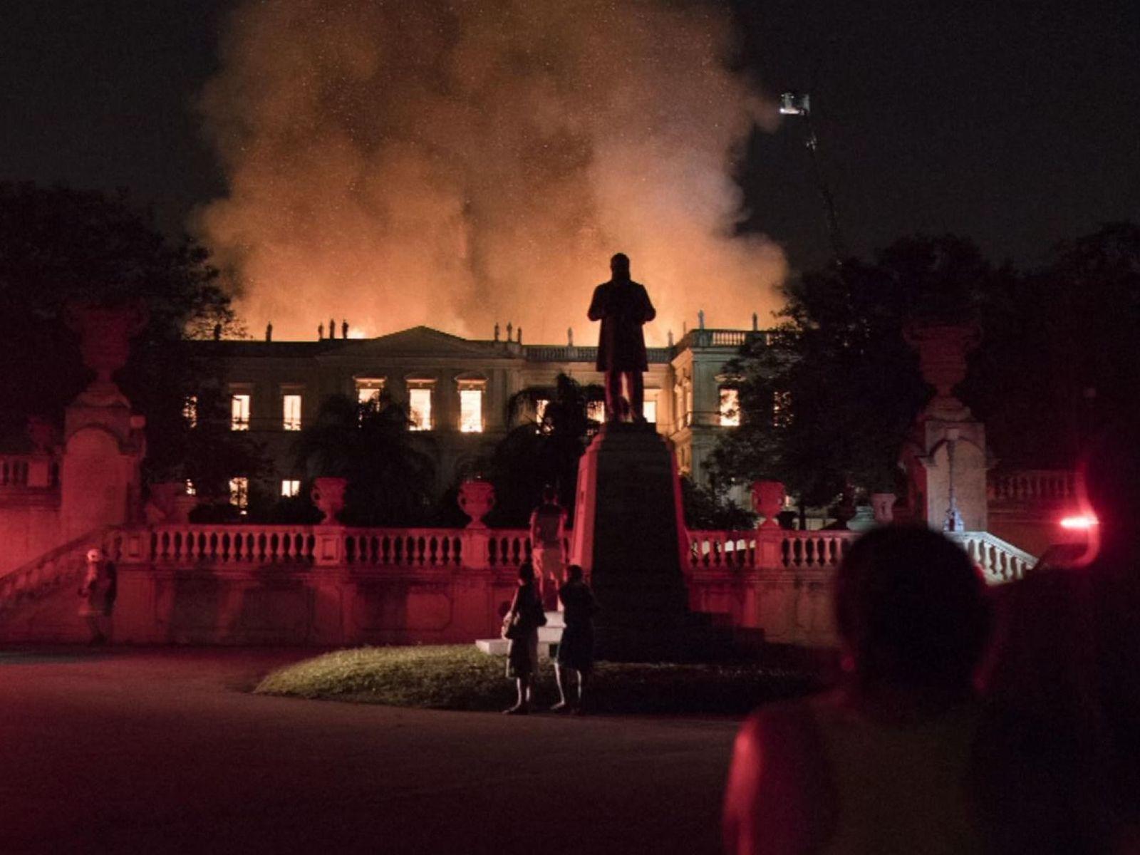 Cháy ngùn ngụt ở bảo tàng 200 năm tuổi của Brazil