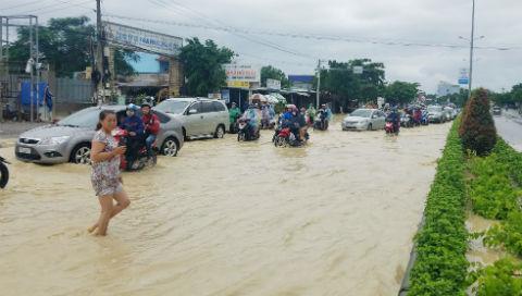 Chủ tịch phường tay không móc rác ở cống khi quốc lộ ngập trong biển nước