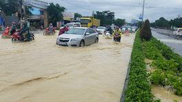 Chìm trong biển nước, QL 51 về Sài Gòn tắc cả chục km
