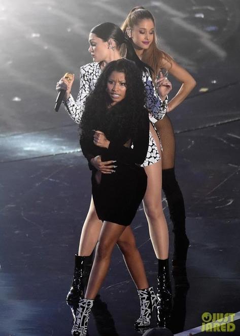 Nicki Minaj gặp sự cố lộ ngực trần khi đang biểu diễn