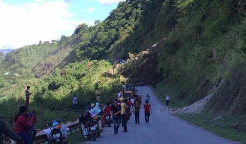 Sơn La: Quốc lộ sạt lở đất đá người dân bỏ chạy tán loạn
