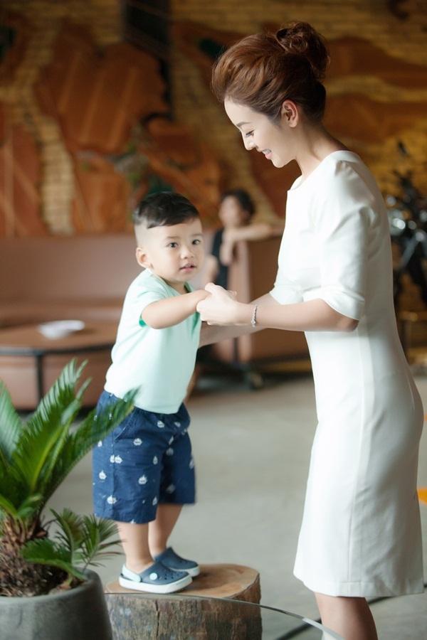 Jennifer Phạm khoe con trai út giống hệt chồng doanh nhân