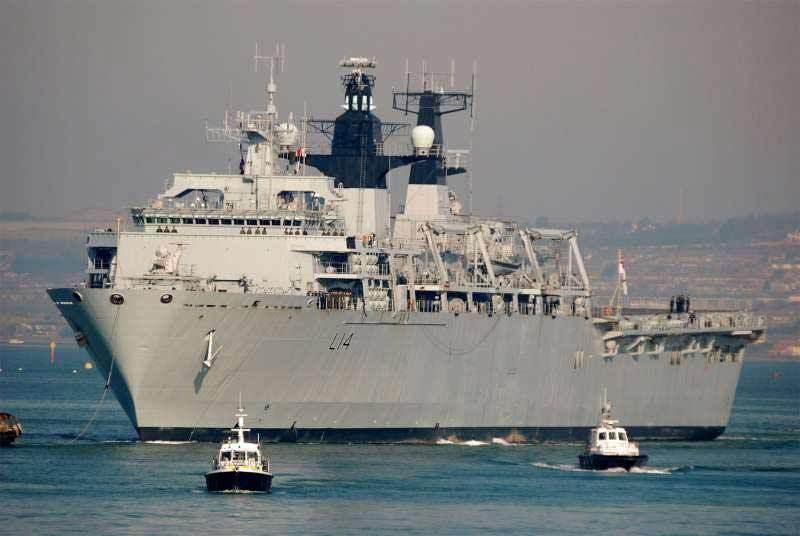 Uy lực tàu tấn công đổ bộ Anh đang thăm Việt Nam