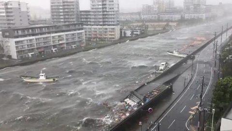 bão Jebi thổi bay xe tải trên cầu