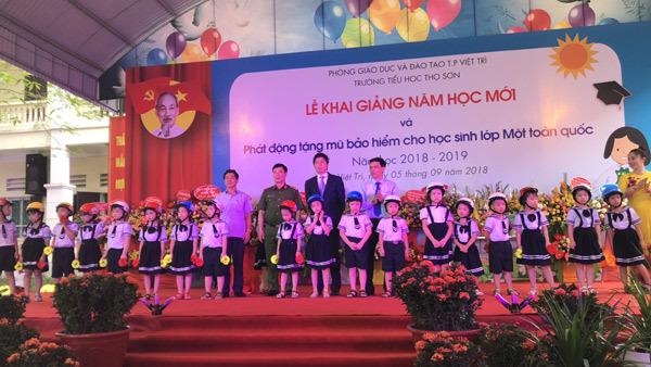 Honda Việt Nam tặng mũ bảo hiểm cho học sinh lớp 1