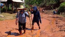 Thầy trò vùng tâm lũ Thanh Hóa lội bùn dự ngày khai giảng