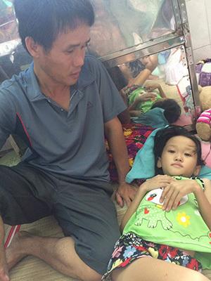 Bán cả hecta mì, vợ chồng nghèo vẫn không đủ tiền cứu con