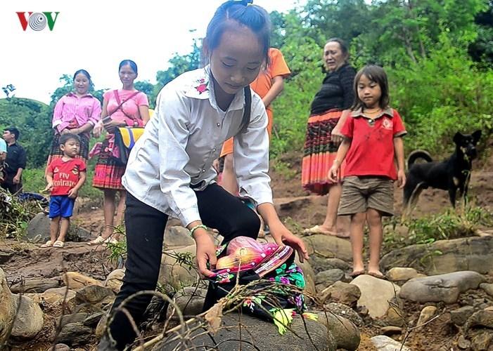 Học sinh chui túi nilon vượt suối lũ tới trường ở Điện Biên