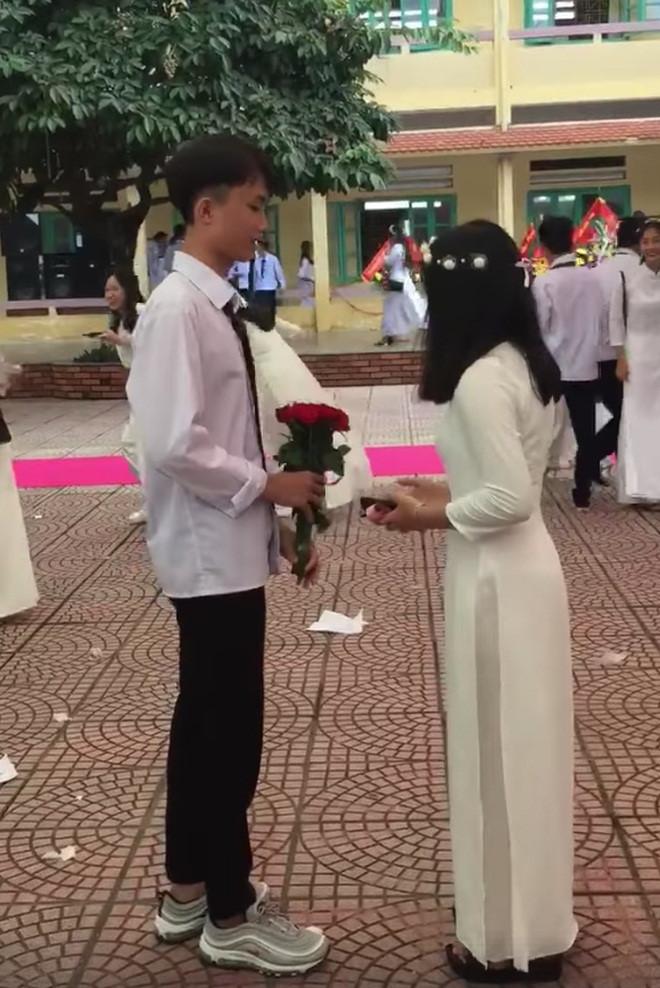Nam sinh Hải Phòng tỏ tình với bạn gái cũ trong lễ khai giảng