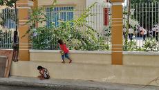 Xúc động bức ảnh 3 em nhỏ bên hàng rào trường học ngày khai giảng