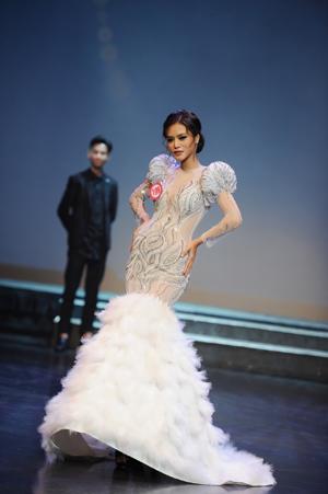 Dy Khả Hân đăng quang Hoa hậu Việt Nam Thế giới 2018