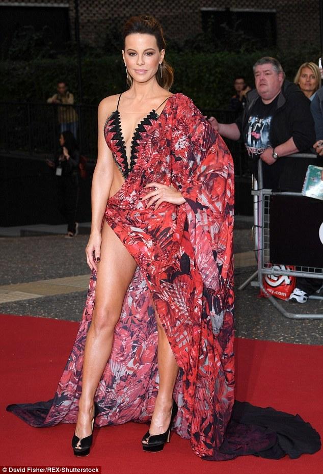 Sao 45 tuổi diện đồ như bikini khoe thân trên thảm đỏ