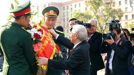 Tổng bí thư dâng hoa tại tượng đài Bác Hồ ở Moscow