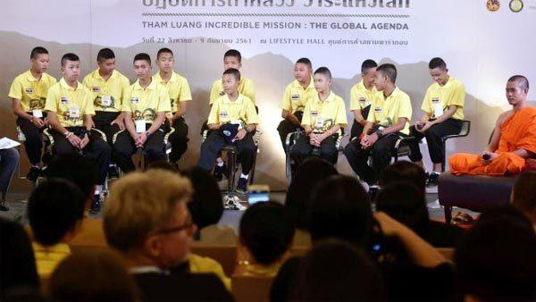 Đội bóng Thái gặp lại các thợ lặn cứu mạng
