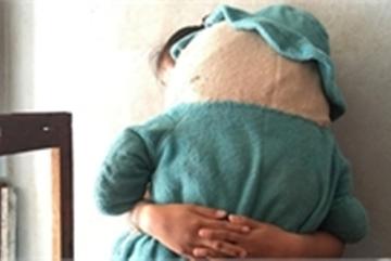 Bé gái 3 tuổi ở nhà một mình bị gã hàng xóm 57 tuổi hại đời