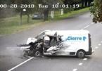 Kinh hoàng khoảnh khắc tài xế ngủ gật, xe van chở hàng lao vào xe tải