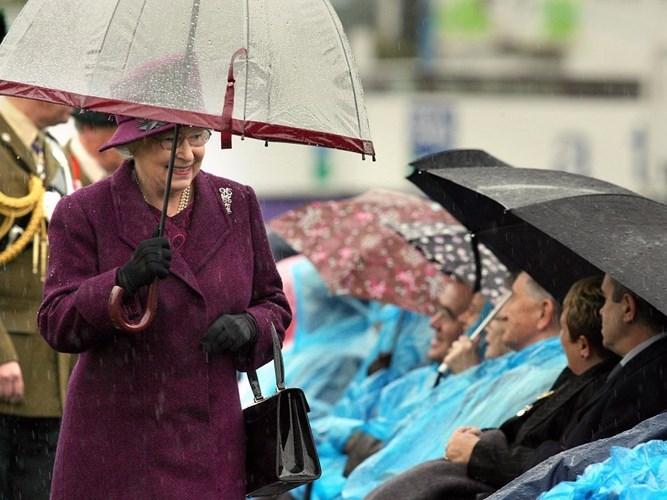 Tiết lộ thú vị về những chiếc ô sặc sỡ của Nữ hoàng Anh