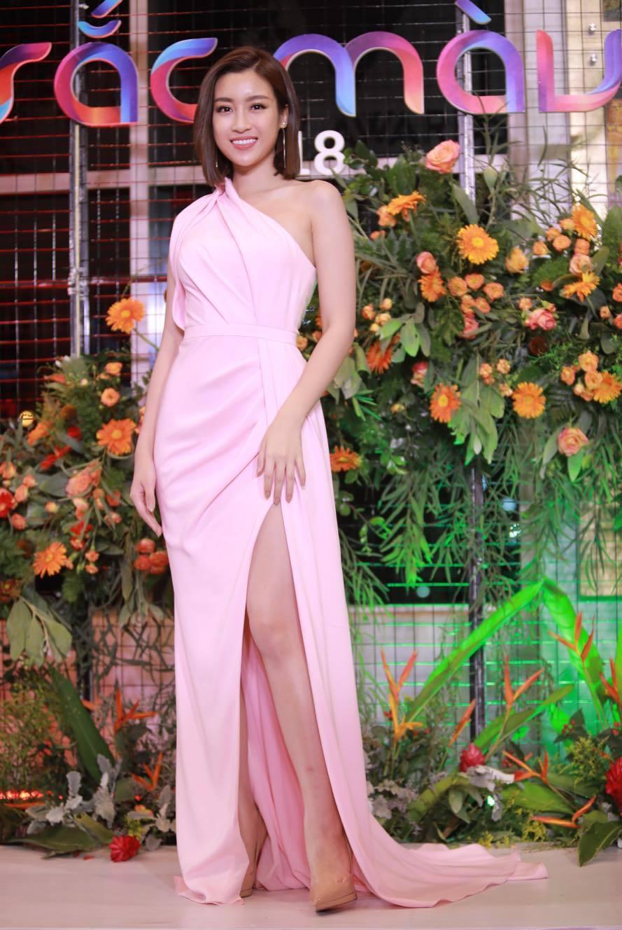 Sau đính hôn, Nhã Phương một mình dự thảm đỏ lễ trao giải VTV