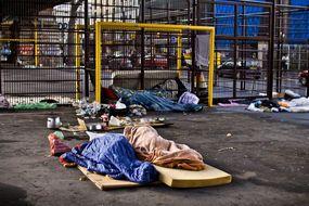 Những mảnh đời bất hạnh bên cạnh một Paris tráng lệ