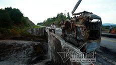 Xe tải nổ như bom: Biến dạng khủng khiếp dưới chân cầu
